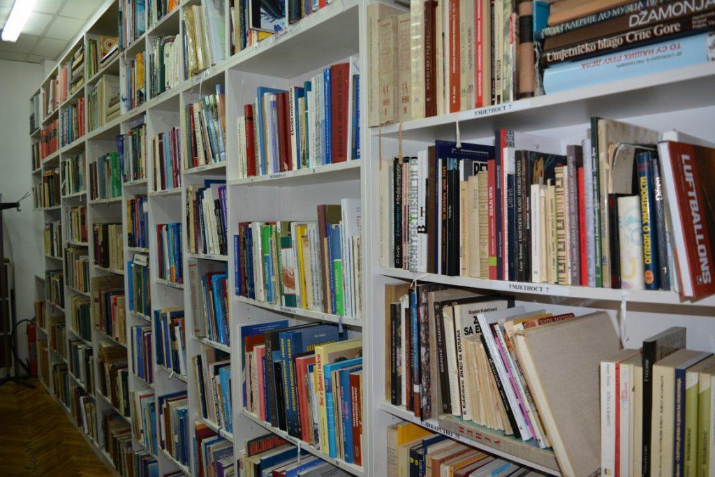 Pozajmno odjeljenje Narodne biblioteke Trebinje Police